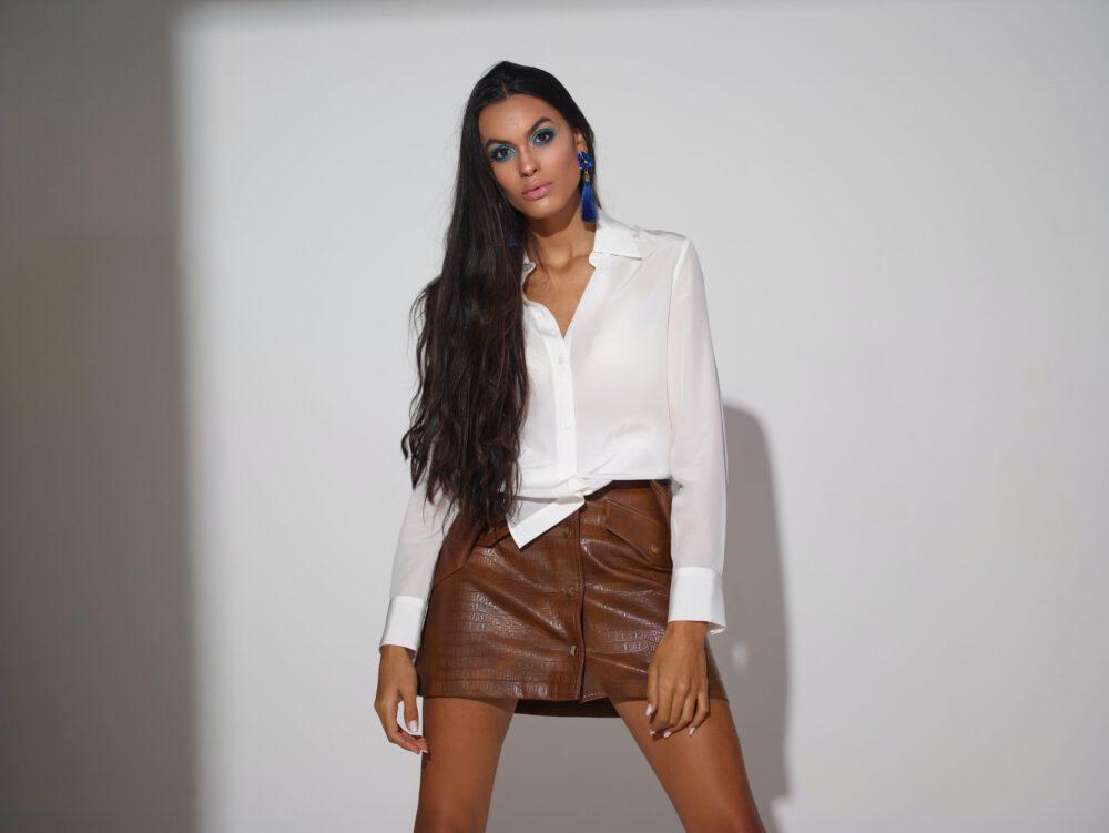 ragazza sexy in minigonna